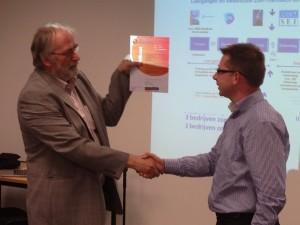 Dhr. Eurelings van New Energy Systems (rechts) neemt het Zonnekeur Installateur in ontvangst van Dhr van Amerongen